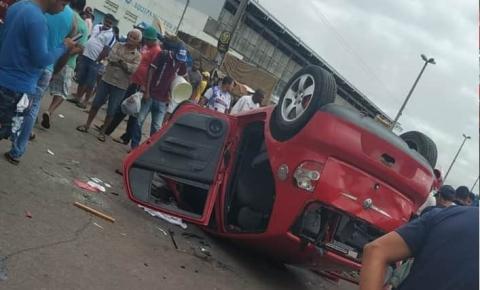 Seis pessoas são atropeladas após carro invadir ponto de ônibus; um morre.