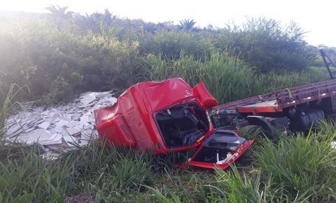 Caminhão de Serrolândia sofre grave acidente na BR 116 próximo a Jaguaquara