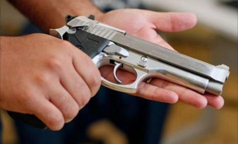 Após filho matar pai policial em Salvador, o debate sobre posse e porte de arma volta à tona.