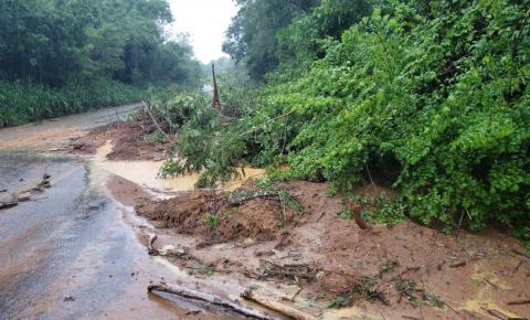 Chuva causa desabamento de encostas próximo a antiga balança do Derba na BR 324 em Jacobina