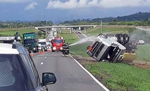 Caminhão-tanque carregado de gasolina tomba na BR-324 e pista é interditada