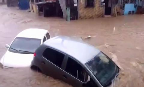 Enxurrada arrasta carros e deixa veículos empilhados no bairro do Bom Juá, em Salvador