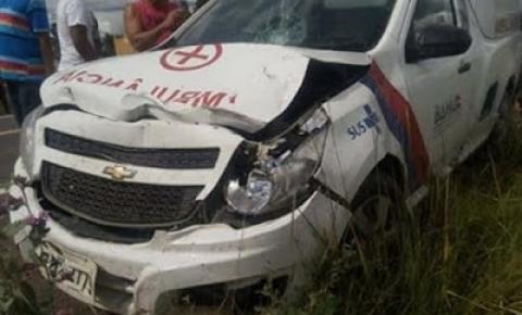 Ambulância de São José do Jacuípe se envolve em grave acidente na BE 324 três ficam feridos