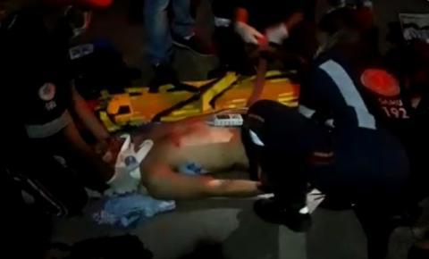 Motociclista fica ferido ao colidir com táxi em frente ao Mercado Velho