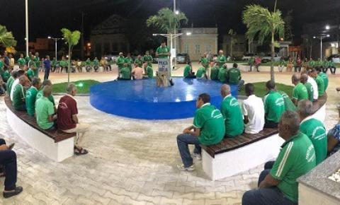 Cerca de 100 homens se reúnem na Praça da Bíblia para rezar o terço em Santaluz