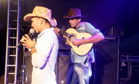 Serrolandenses Fal Canhoto e Ney Chambinho vencem o festival de viola em Capim Grosso BA.