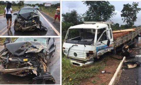 Condutor derrapa em pista molhada e automóvel colide contra caminhão na Bahia