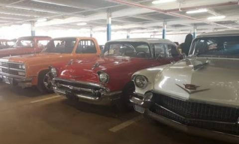 Encontro de carros antigos atrai centenas de pessoas em Barreiras