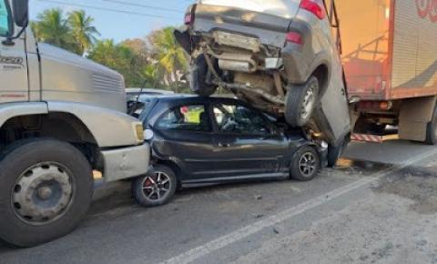 Caminhão bate contra carros e causa engavetamento no Anel de Contorno em Feira de Santana