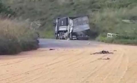 Carroceria de caminhão rompe e espalha carga de milho no Tombador