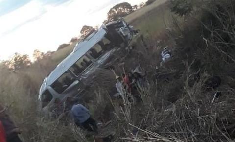 Acidente entre van e caminhão deixa dois mortos e onze feridos na Bahia