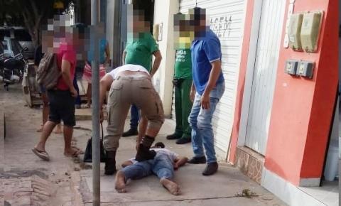 Mulher é assaltada no centro da cidade e a população pega o suspeito e entrega à polícia