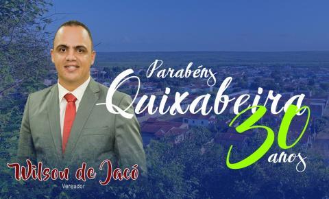 Wilson de Jacó, presidente da Câmara Municipal de Serrolândia, parabeniza Quixabeira pelo 30º aniversário.