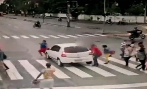 Motorista avança sinal vermelho, atropela e mata idosa em cadeira de rodas; vídeo