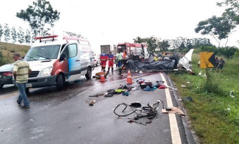 Acidente deixa mortos na BA-093, Kombi ficou destruída