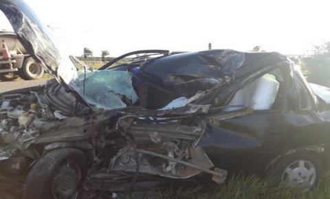 Homem morre após colisão entre carro e carreta na BR 324