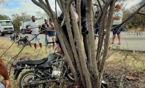 Dois jovens morrem após motocicleta bater em árvore no interior da Bahia