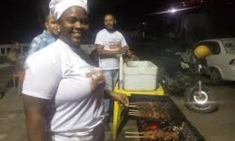 Médica Cubana vende churrasquinho em Jacobina após fim do Mais Médico