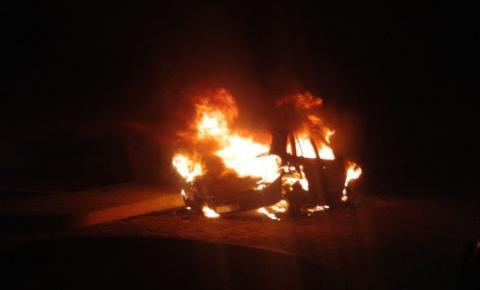 Carro pega fogo no Bairro Jacobina III