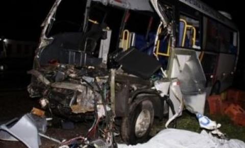 Cinco morrem e 13 ficam feridos em acidente entre micro-ônibus e caminhão