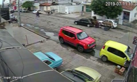 Assista: cavalo desgovernado atropela carro em Feira de Santana