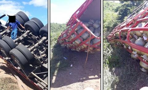 Caminhão carregado de botijões gás tomba na BA-052.