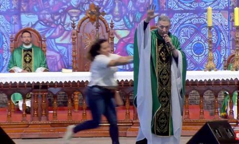 Mulher empurra Padre Marcelo Rossi de palco durante missa em Cachoeira Paulista: Veja o Vídeo