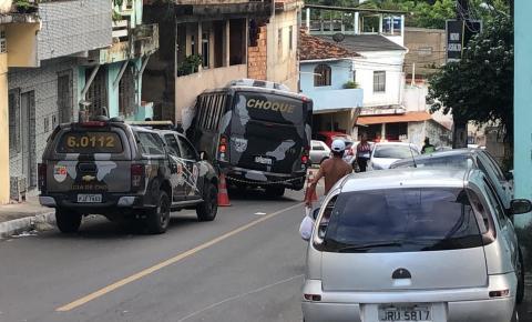Micro-ônibus desgovernado da PM atinge casas, veículos e deixa feridos em Salvador