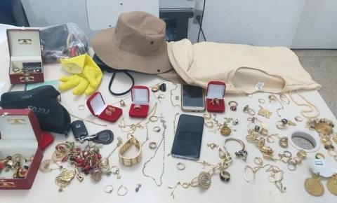 Dupla é presa após se passar por agente de endemias, entrar em casa e roubar R$ 30 mil em joias