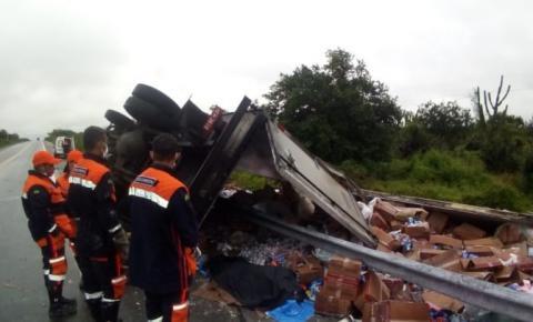 Caminhão tomba e motorista morre na BR-324, em Riachão do Jacuípe