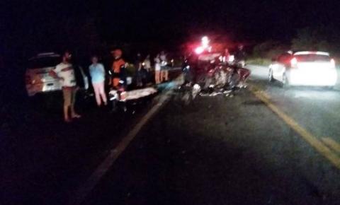 Um morto e outro gravemente ferido em acidente envolvendo três carros na BR 324
