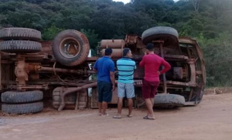 Caçamba tomba na estrada do Mucambo em Miguel Calmon na Bahia