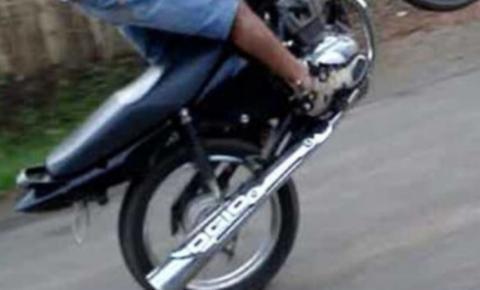 Jovem empina moto e sofre acidente no centro de Serrolândia