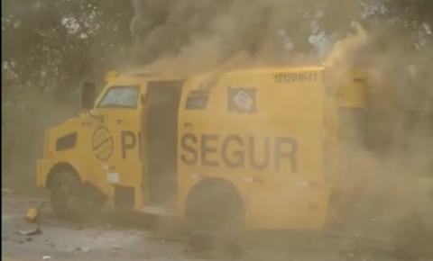 Bandidos explodem carro forte na BR 324 em Jacobina