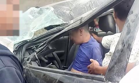 Homem fica ferido após carro capotar na BR-324 próximo ao distrito do Junco