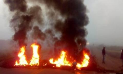 Motoristas fecham vias em Ipirá e Serra Preta em protesto contra Agerba e lei de Bolsonaro