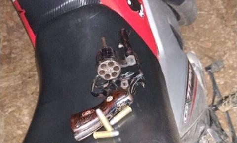 Polícia apreende arma de fogo e recupera moto roubada em Ourolândia
