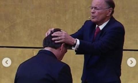 Bolsonaro é consagrado por Edir Macedo no Templo de Salomão; veja vídeo