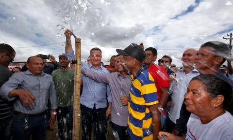 Em Serra Preta, Rui entrega sistema de abastecimento e títulos de terra