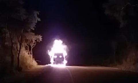 Caminhão pega fogo na BA-052, perto de Mundo Novo-BA