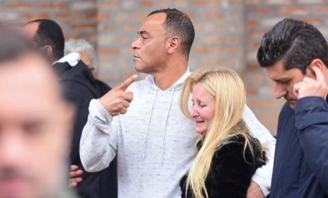 Familiares e amigos se despedem de Danilo, filho mais velho de Cafu