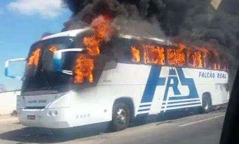 Ônibus da Falcão Real pega fogo no município de Juazeiro; veja vídeo