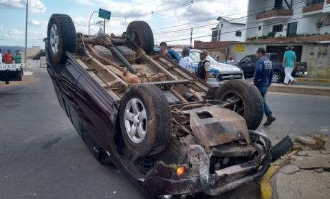 Idoso de 92 anos capota veículo em avenida no interior da Bahia