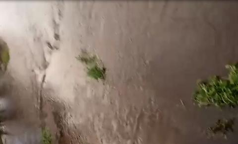 Rio da Bananeira tem enchente inédita após fortes chuvas na região: Veja o vídeo