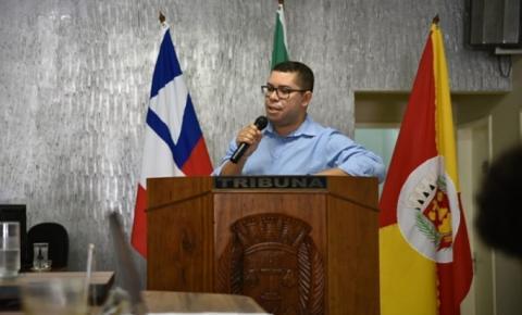 A pedido do Vereador Gi de Zeza, Assessor Jurídico da Prefeitura faz explanações na Tribuna da Câmara