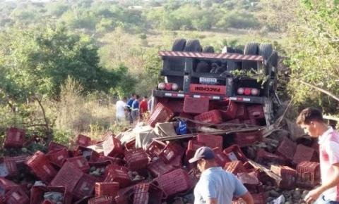 Motorista de caminhão morre em capotamento na BR 407