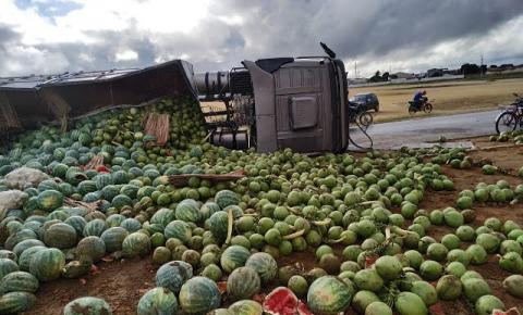 Carreta que transportava frutas tomba em Capim Grosso