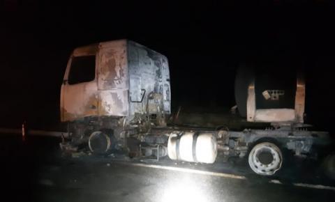 Carreta carregada com ácido sulfúrico pega fogo na BR-101