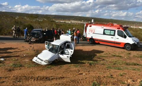 Colisão entre carro e caminhonete mata idosa e deixa quatro feridos na Bahia