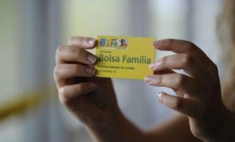 Bolsonaro assina MP que autoriza pagamento de 13º aos beneficiários do Bolsa Família
